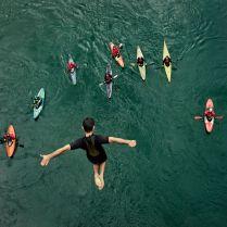 Družinski izlet v Mostar in nenadejano srečanje s kajakaši, ki s peticijo proti gradnji jezov na balkanskih rekah veslajo po Neretvi. Skok lokalnega skakalca z 20-metrskega mostu, daje dogodku še posebno težo in pomen.