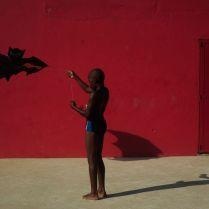 RIO DE JANEIRO –RJ - BRASIL – 20/01 /2015 - Menino solta Pipa no piscinão de Ramos zona norte da cidade. Foto: Fabio Teixeira / UOL ******EMBARGADO PARA USO EM INTERNET*******ATENCAO: PROIBIDO PUBLICAR SEM AUTORIZACAO DO UOL
