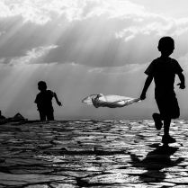 Crianças brincam no topo da serra