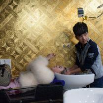 Wang, le plus jeune employé du salon shampouine une habituée, employée dans l'un des karaokés du quartier. Il vient de commencer son apprentissage et ne coiffera pas avant deux ou trois ans